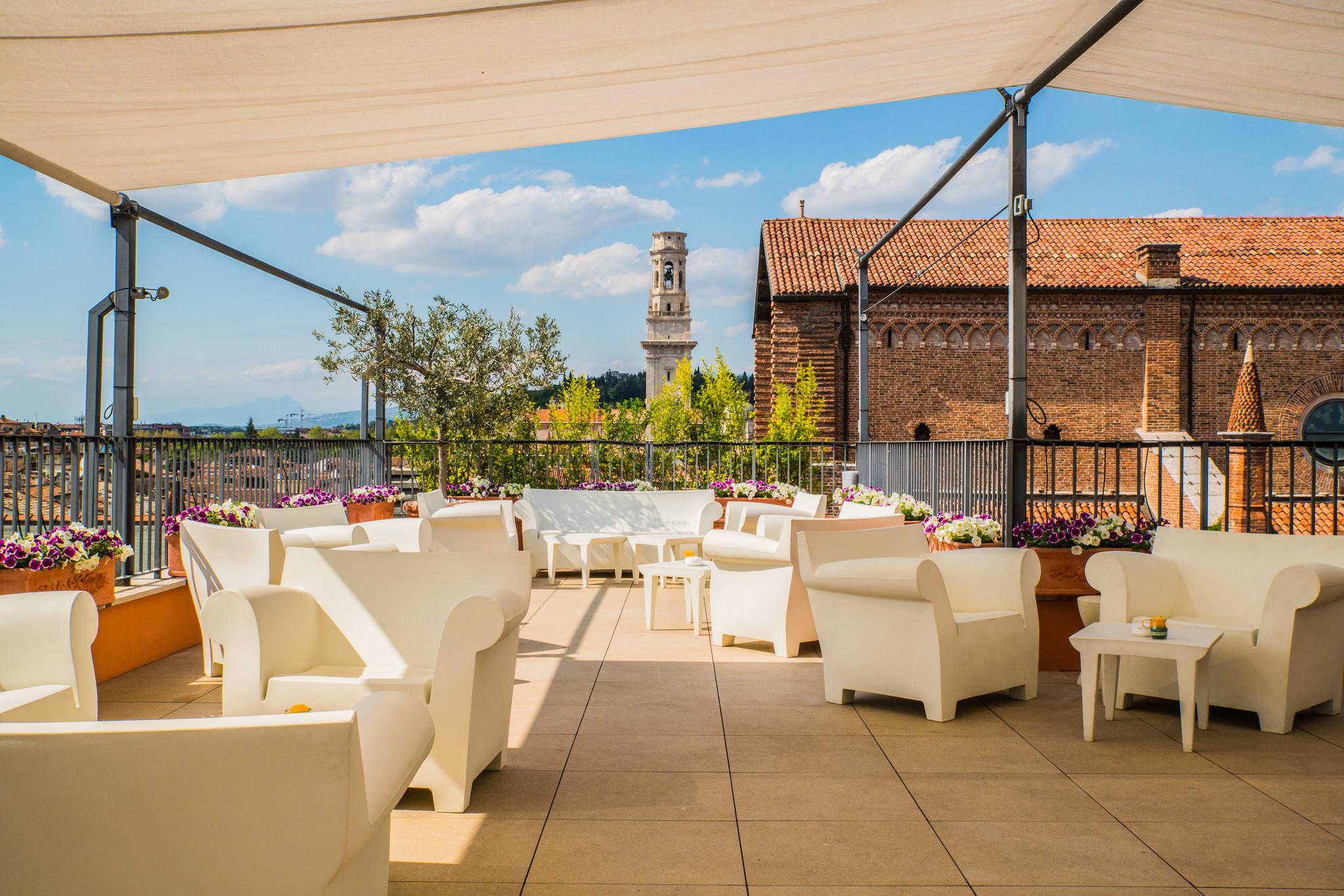 """Due Torri Hotel Verona: """"Dolci Conversazioni"""" in terrazza, gioielli da indossare e da gustare"""